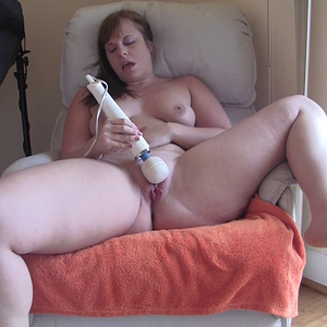 PAWG Squirting In A Chair